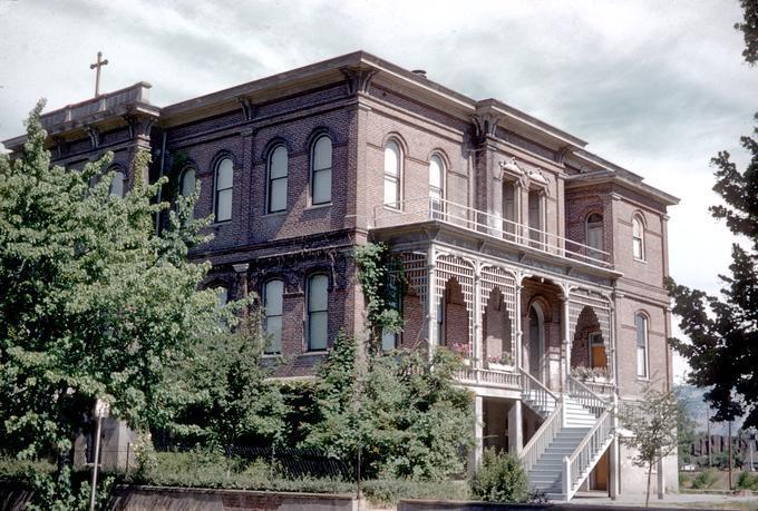 Saint Mary's Academy (The Dalles) donde estudió John Callahan. Fotografía del edificio en 1954